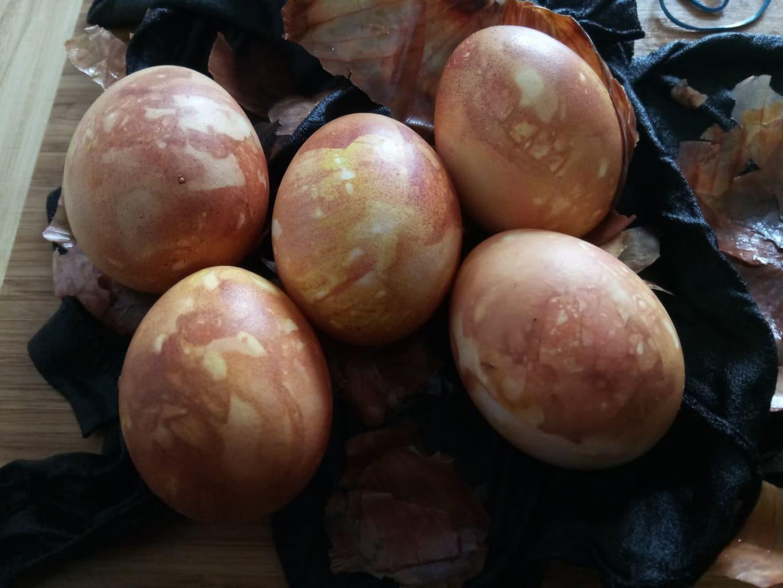 Marmorierte Ostereier mit Naturfarbe