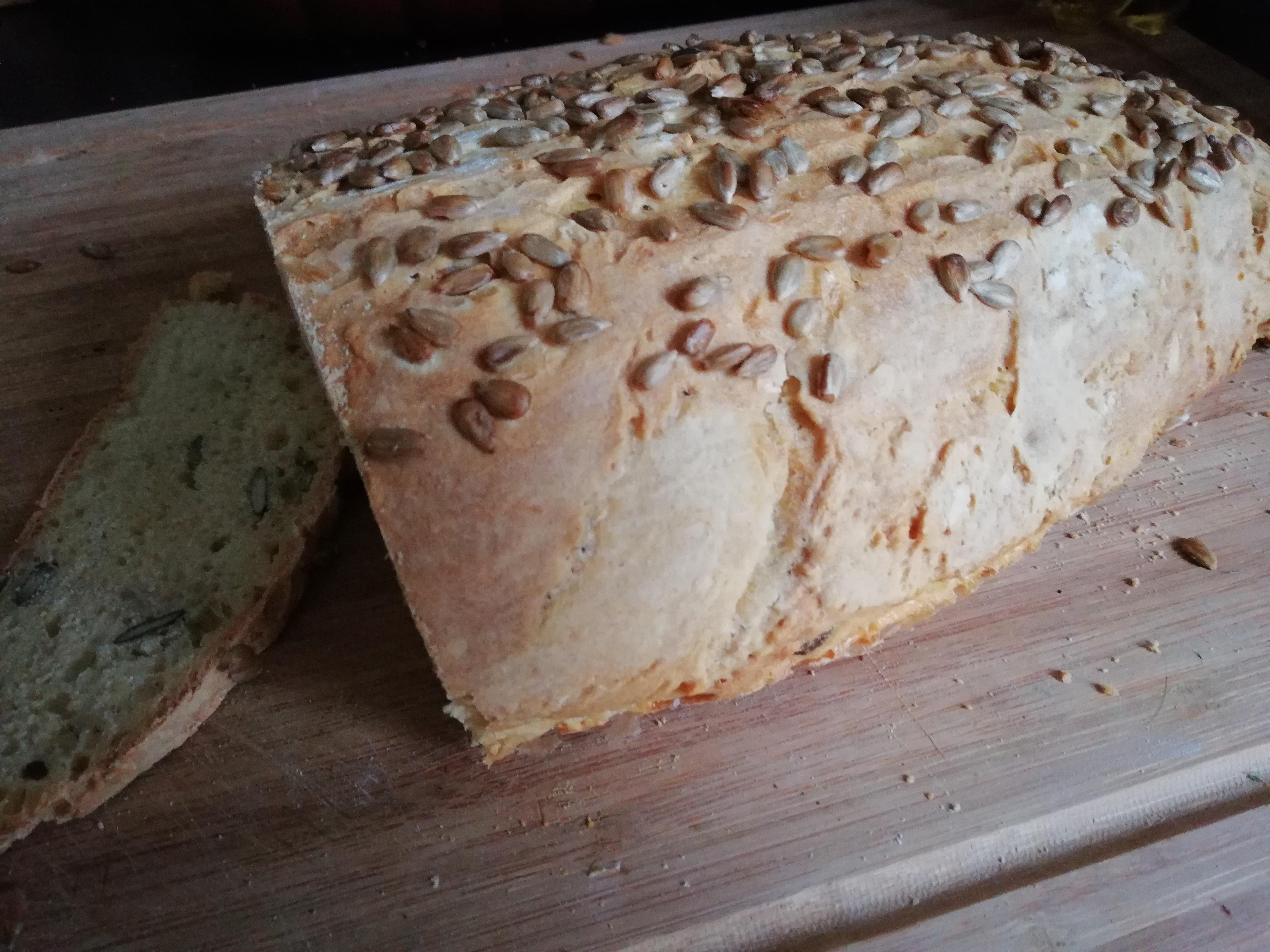 Brot mit Kürbis- und Sonnenblumenkernen