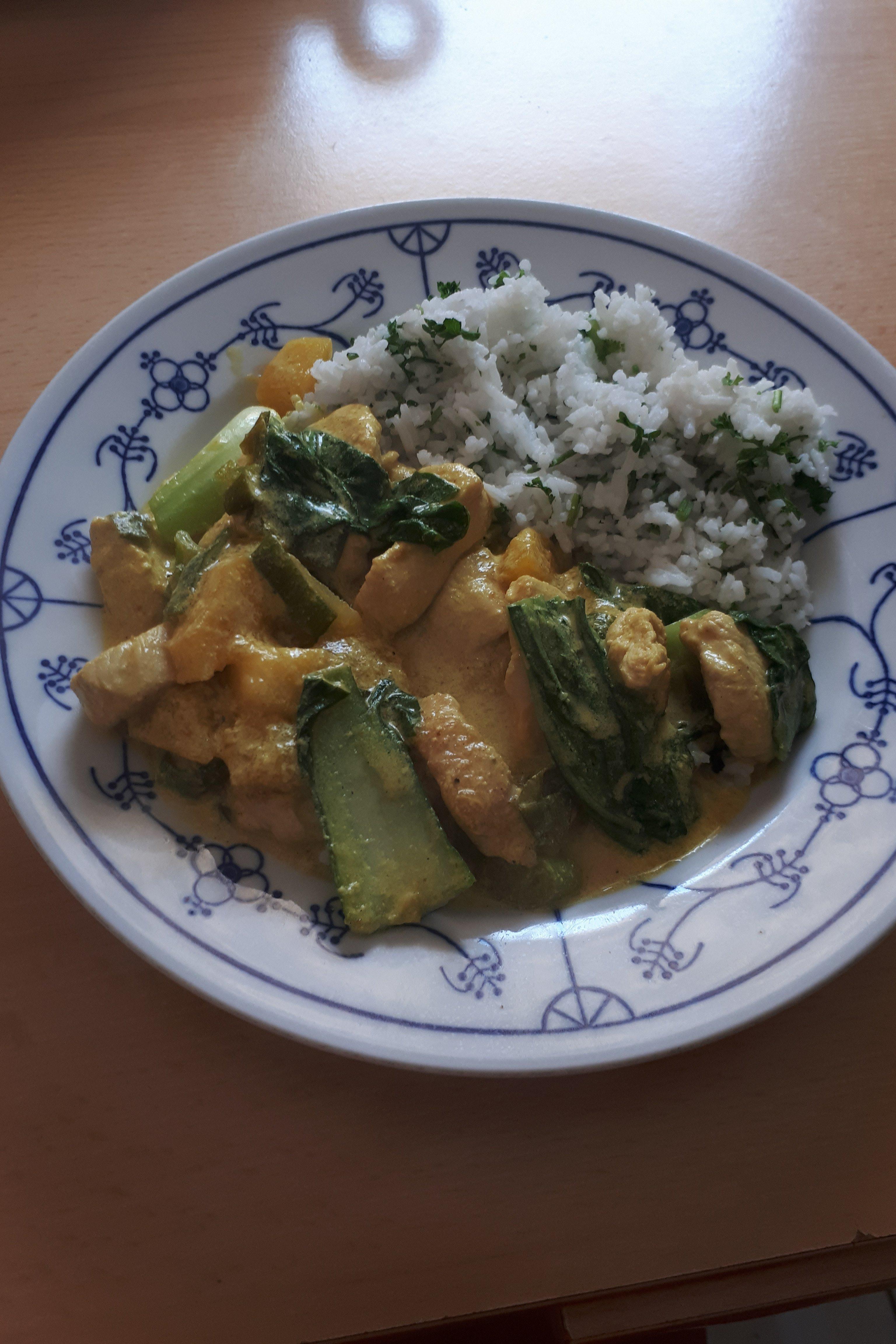 Putenbrust-Mango-Curry mit Baby-Pak-Choi und Petersilienreis